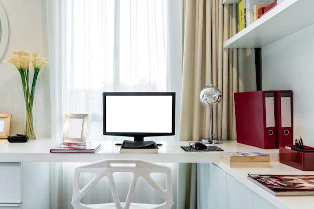 Tela de computador desktop isolada. fundo de espaço de trabalho criativo moderno.