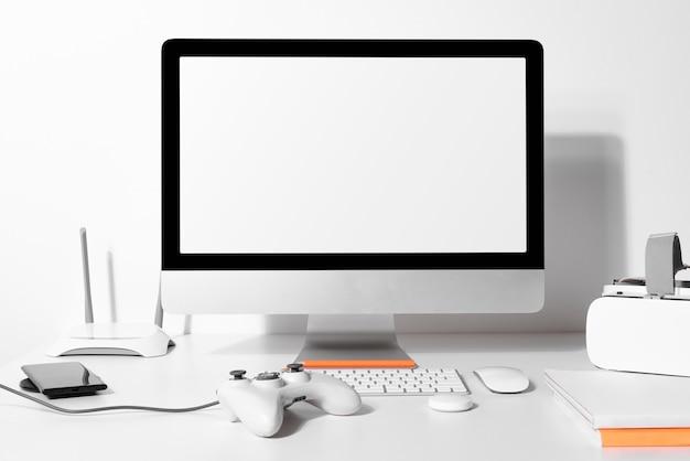 Tela de computador em branco sobre uma mesa