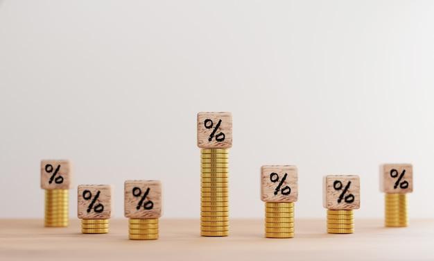 Tela de impressão de sinal de porcentagem na madeira e moedas de empilhamento para aumentar o crescimento do lucro da taxa de juros e o sucesso do valor da venda em 3d render.