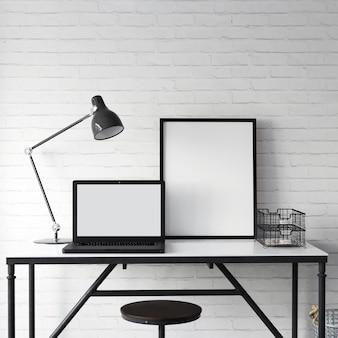 Tela de laptop em branco e maquete de quadro na tabela com decoração