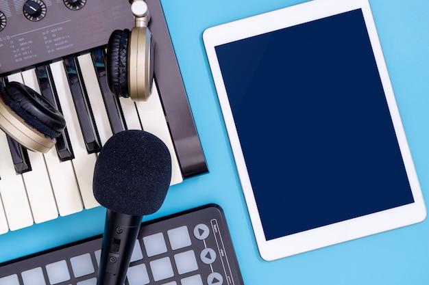 Tela de tablet vazio com equipamento de produtor de música de dj