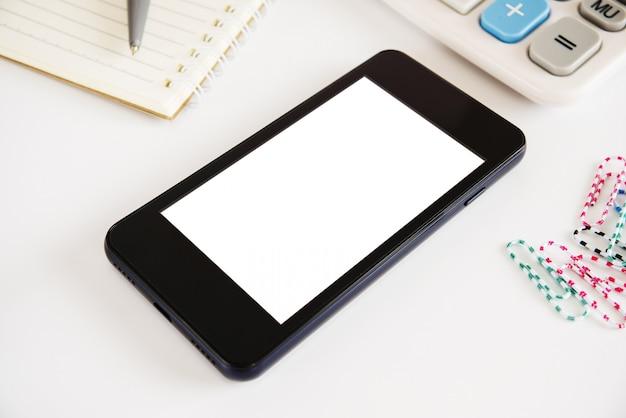 Tela de telefone branco na superfície branca