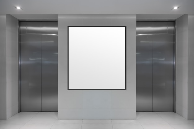Tela digital em branco no banner de informações do elevador