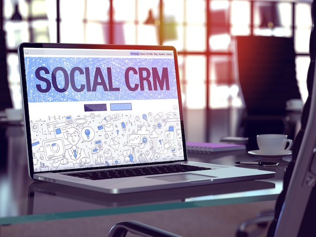 Tela do laptop com o site social crm.