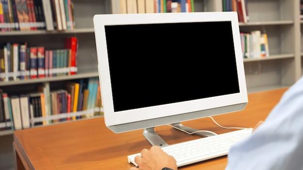 Tela do monitor do computador de close-up em cima da mesa.