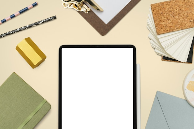 Tela do tablet com ferramentas de papelaria estilo de vida do aluno
