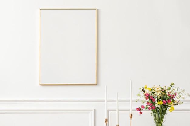 Tela em branco ao lado de uma mesa de jantar em uma sala de jantar moderna com estética boho chic