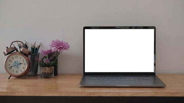 Tela em branco computador portátil e fundo de área de trabalho de pôster em um escritório moderno.