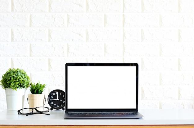 Tela em branco computador portátil moderno
