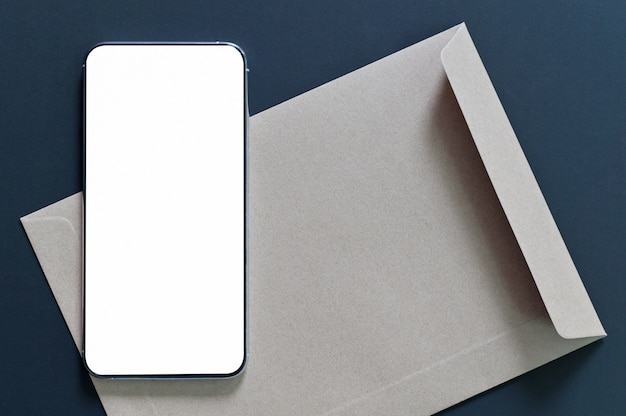 Tela em branco da maquete do smartphone em envelope marrom com preto