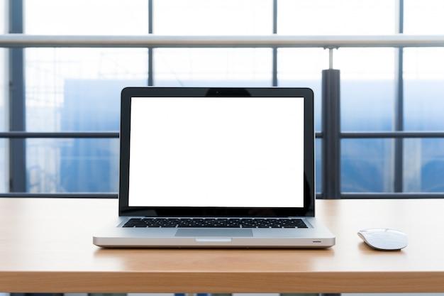 Tela em branco do laptop na biblioteca e no escritório