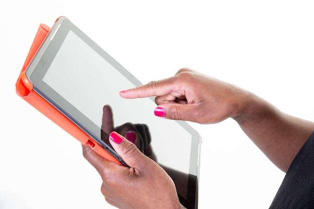 Tela em branco do tablet preto na mulher africana dedo de ponto de mão