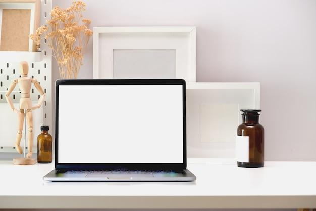Tela em branco mock up laptop no espaço de trabalho mínimo