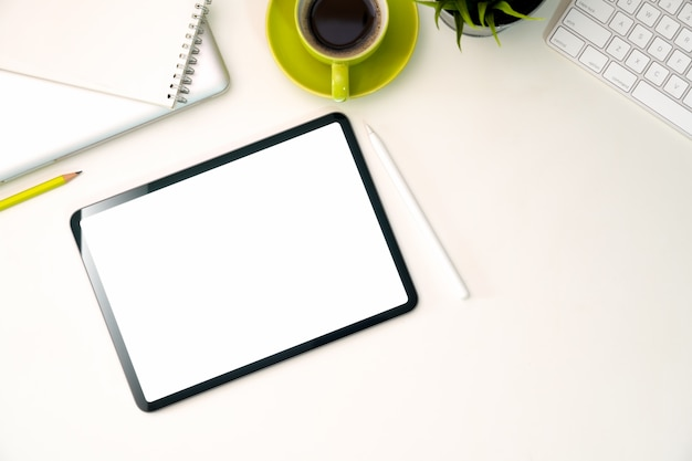 Tela em branco mock up tablet no espaço de trabalho de escritório