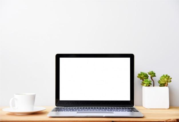Tela em branco moderno computador portátil com mouse, smartphone e suculentas na mesa de madeira