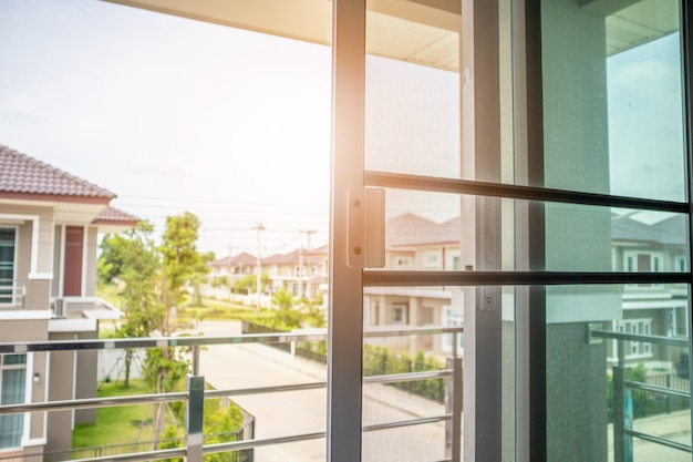 Tela mosquiteira na proteção da janela da casa contra insetos
