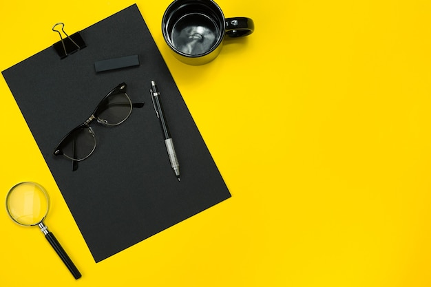 Tela plana de dispositivos de escritório de negócios com bloco de notas, copo, caneta, revelação, óculos e etc.