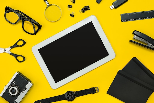 Tela plana leiga de gadgets de escritório de negócios com bloco de notas, câmera vintage, caneta, desenvolver, óculos e