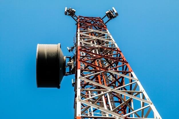 Telecom fundo do céu azul, antena de telefone