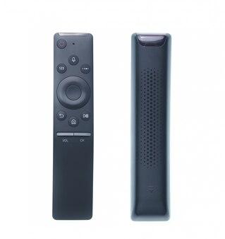 Telecontrole moderno da tevê isolado no branco. jogo de dois escorços diferentes.