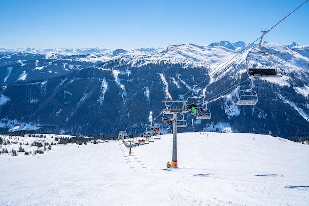 Teleférico com os alpes cobertos de neve