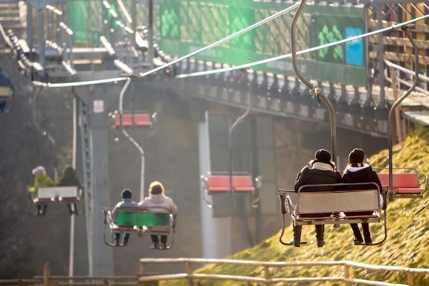 Teleférico com turistas em assentos na estação de esqui