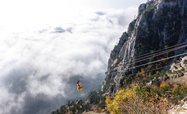 Teleférico da montanha no nevoeiro, crimeia, yalta