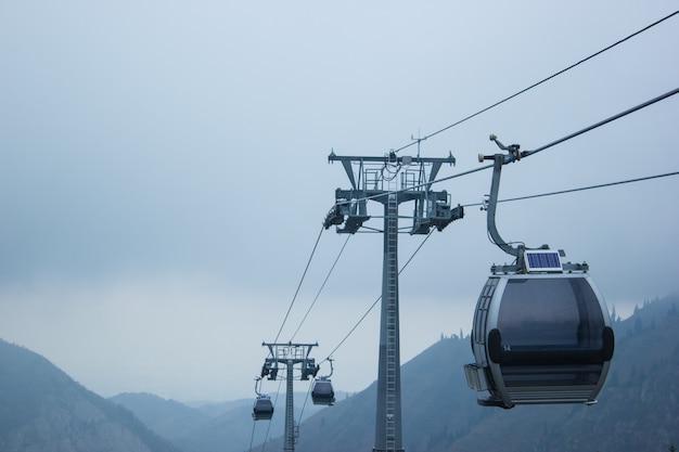Teleférico de esqui com neblina