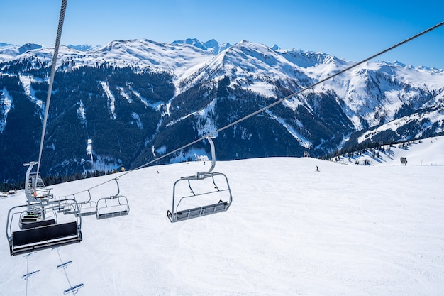Teleférico de esqui sobre as belas montanhas cobertas de neve Foto gratuita