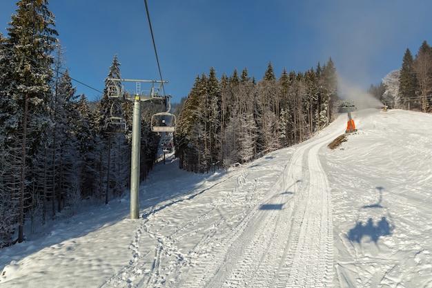 Teleférico em bukovel. bela vista do teleférico nas montanhas dos cárpatos no inverno.