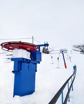 Teleférico em dia de inverno nevado na estância de esqui de montanha
