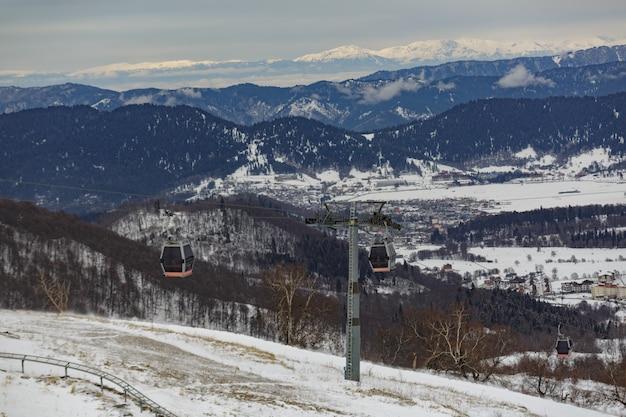Teleférico em um dia de inverno brilhante com cabines. bela vista para a montanha com teleférico.