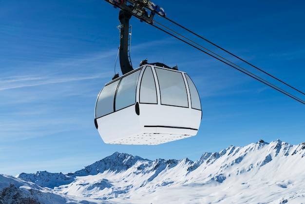 Teleférico em uma paisagem de neve
