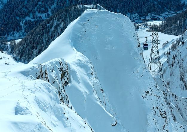 Teleférico entre duas rochas na montanha de inverno, tirol, áustria.