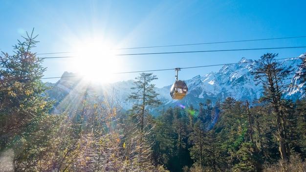 Teleférico está subindo a montanha