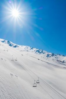 Teleférico na montanha de neve em gulmark caxemira, na índia.