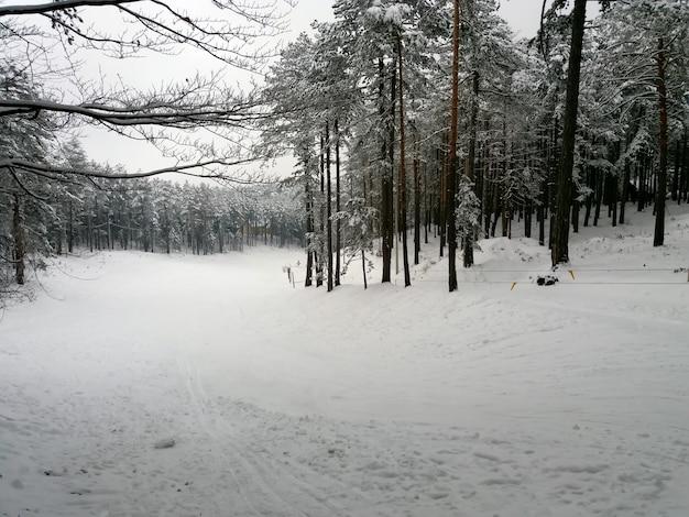 Teleférico na pista de esqui à noite