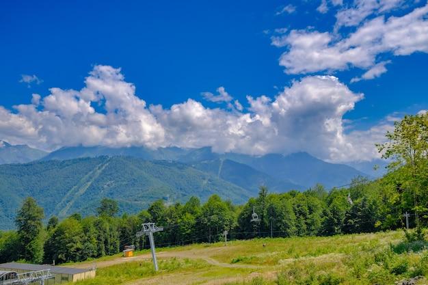Teleférico nas montanhas perto da cidade de sochi no verão