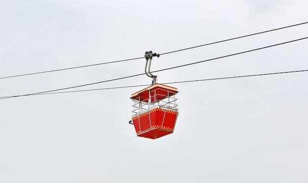Teleférico no fundo branco do céu. transporte retro.