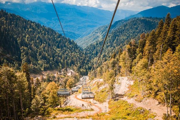Teleférico no topo do roza peak. sochi, krasnodar krai, rússia