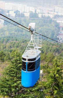 Teleférico renovado sobre o parque vake, na parte central de tbilisi, geórgia