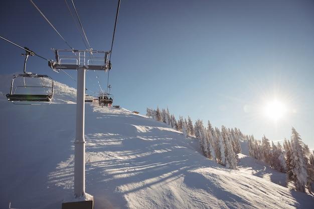 Teleférico vazio na estação de esqui