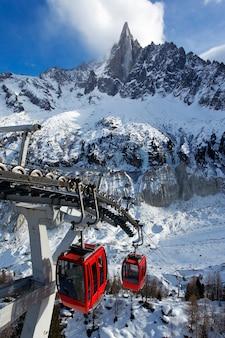 Teleférico vermelho nas montanhas