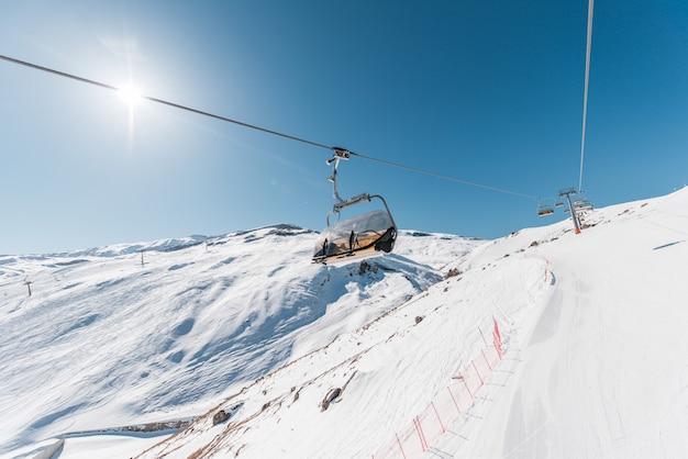 Teleféricos de esqui durante o dia brilhante de inverno