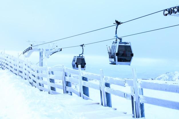 Teleféricos do esqui sobre a paisagem da montanha no dia de inverno. esquiar. esporte de inverno, divertido.