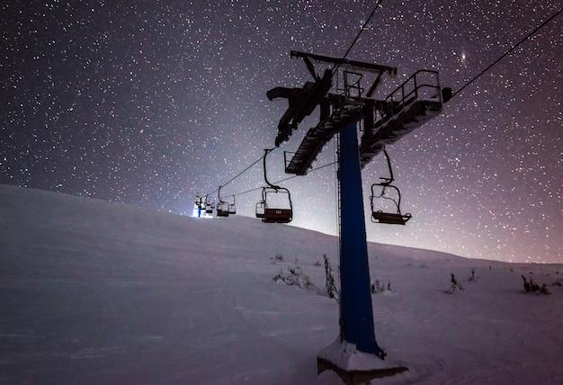 Teleféricos penduram em cabos em uma noite silenciosa