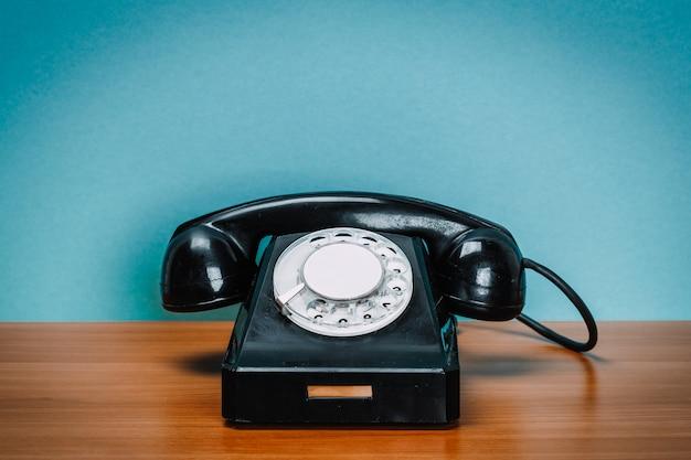 Telefone antigo na mesa de madeira
