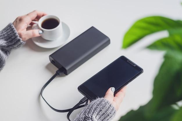 Telefone carregado usando um carregador portátil