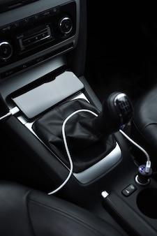 Telefone celular, bateria de carga do smartphone, carregamento no plugue do carro