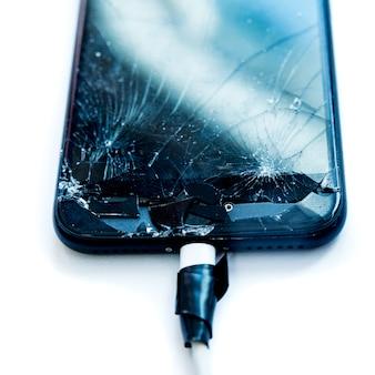 Telefone celular com a tela quebrada por um martelo. conceito de reparos sem garantia.